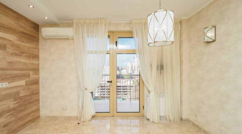 Продажа 3-х комнатной квартиры по ул. Роз, 52-43