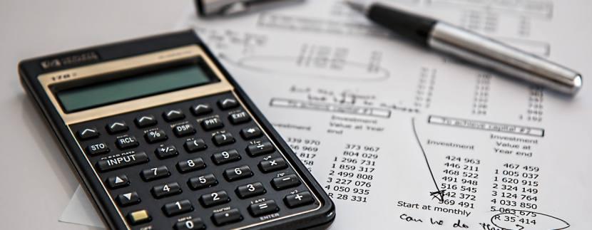 calculator 385506 1280 830x323 - Как можно инвестировать в недвижимость?